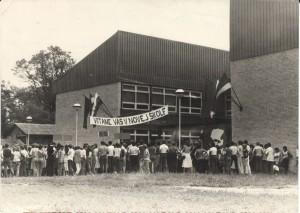 Takto to bolo roku 1983, teda pred 30 rokmi, keď v Petrovci otvárali novú školskú budovu (foto: J. Bartoš)