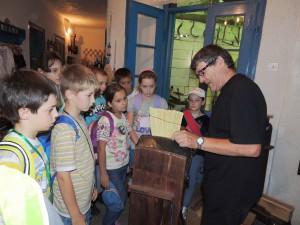 Ako sa tradične v Petrovci šijú metly, v Galérii Ahoj im ukázal Ján Čús