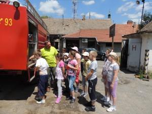 Hasičské vozy s natankovanou vodou tiež zaujali pozornosť detí