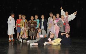 Skúška na javisku v kostýmoch z divadelného depozitára