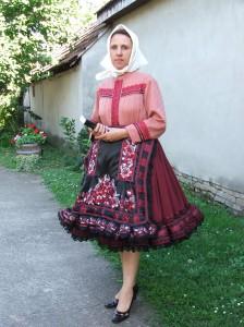 Vlastislava je najmladšou ženou v kostole, čo sa oblieka do širokých sukní