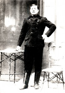 Mládenec v sviatočnom obleku z roku 1911
