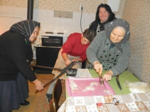 Vlaňajšia príprava oblátok pred Vianocami: Mária Balčeková, Mária Hološová, Mária Sklenárová a Eva Hriešiková