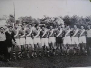 Láska k futbalu pretrváva dodnes: Ján Slivka (stojí šiesty sprava) ako hráč FK Dolina roku 1952