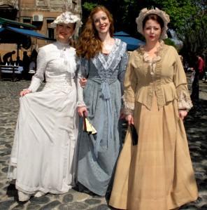 Krásavice súčasnej metropoly sa predvádzali a prechádzali v módnych štýloch spred storočia