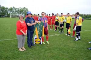 Kapitán Mário Malina (tretí zľava) pred zápasom prijal súpravu nových dresov, ktoré FK Kriváň venovali rodiny Radičová a Sľúková z ďalekej Austrálie (Foto: J. B. Ďuky)