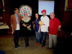 Hostia Pavel Chrťan (druhý sprava) a Patrik Rago (prvý zľava) svojimi umeleckými zručnosťami príjemne prekvapili svojich hostiteľov