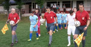 Superligový rozhodca Miodrag Gogić (v strede) a jeho  pomocníci Dejan Petković a Saša Bogićević vyvádzajú mužstvá na trávnik v Šíde