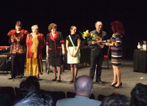 Padinskí herci po predstavení na javisku Mestského kultúrneho strediska Levice s jeho riaditeľkou Bc. Bertou Jasečkovou (prvá sprava)