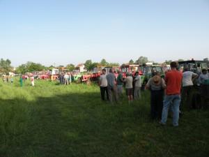 V deň rovnania poľných ciest petrovskí poľnohospodári sa zhromaždia na Jarmočisku, rozdelia sa do skupín a plošne zachytia cesty v celom chotári