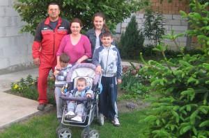 Rodina Dudková spolu – pred guňou, tak ako sa patrí na ovocinársku rodinu (foto: archív Z. D.)