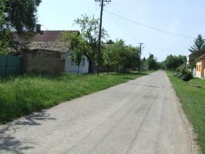 Kosenie trávy na priedomí tiež patrí k úprave osady