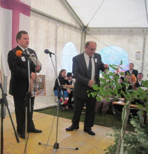 Darček pre cirkevný zbor v Lugu: (vpravo) Mgr. Geza Filo, riaditeľ EHO Podpornica, a Mgr. Ján Vida, farár v Lugu