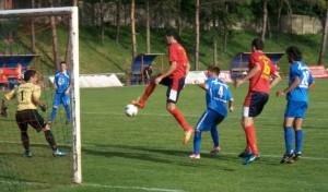 Záložník Doliny Milan Nedučić v tejto akcii trafil do brankára Jednoty Mijatovića