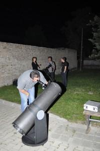 Nadšenci vesmíru Janko Mravík a Jaroslav Grňa aj tohto roku nastavili svoje teleskopy, aby sa všetci záujemcovia mohli popozerať na jednotlivé hviezdy