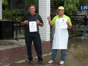 Jaroslav Rybovič (vľavo) s najchutnejšou pálenkou a dvojnásobný vicešampión Karol Horvát (pálenka a čerstvá klobáska) s diplomami