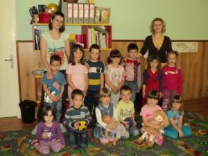 Najmladší s vychovávateľkami Miluškou Valentíkovou (sprava) a Marínou Bélovou