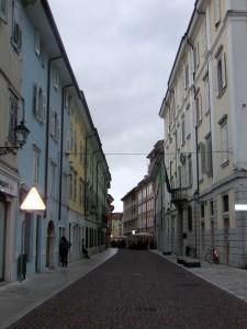 Typická mediteránska ulička v starej časti Gorízie – veď more je na 30 kilometrov vzdialenosti