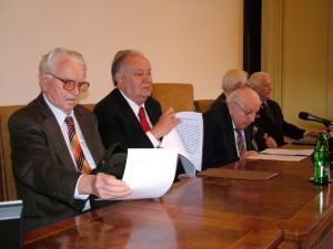 Pracovné predsedníctvo ročného zhromaždenia SAVU, ktoré prebiehalo 30. mája v slávnostnej sieni v Belehrade