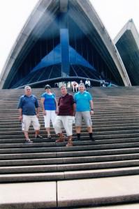 Do Sydney, najstaršieho mesta v Austrálii, rovno pred impozantnú budovu opery, pána Trabaka odviedli Strešniakovci z Hajdušice