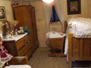 Bohatý krojmi, ručnými prácami a starožitnosťami – etno dom Márie Haníkovej v Bielom Blate