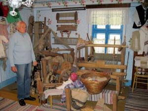 Hrdí na svoje etno múzeum – Pavel Petráš medzi svojimi exponátmi
