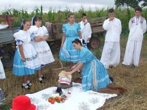 Tradičné pavorské raňajky – slaninku, syr, cibuľu, rajčiaky... môžu ochutnať aj návštevníci vojlovických dožinkových osláv