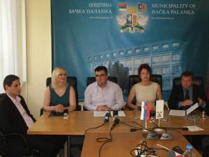 Zmluvu podpísali: Valentín Michal Grňa (sprava), Anna Tomanová-Makanová, Aleksandar Đedovac a Milina Sklabinská, prítomný bol aj Viliam Slavka, predseda Strany vojvodinských Slovákov