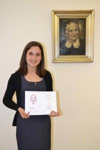 Pamiatka na vzácnu skúsenosť: Danica Vŕbová s diplomom laureátky festivalu Vansovej Lomnička pri podobizni veľkej poetky (foto: Andrej Meleg)