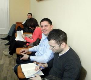 Záber z piatkového zasadnutia Zhromaždenia obce Kovačica (výborníci a pozorovatelia v zadných laviciach)