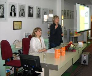 Nataša Filipová (stojí) v mene staropazovskej knižnice  víta hostí