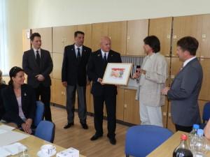 Po podpísaní zmluvy nasledovala výmena darčekov: (zľava stoja) Igor Feldy, Róbert Matejović, Michal Cehlár, Ján Agarský a Janko Havran