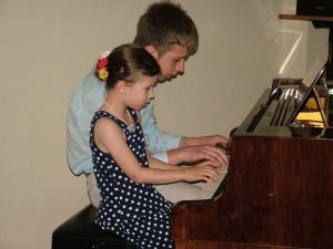 Klavír pre štyri ruky v podaní súrodencov Emy a Mareka Stupavskovcov