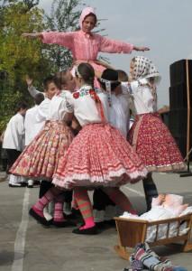 Mama Zuzana Chalupová a jej Katka – školáci týmto divadielkom predstavili svoju osadu insity v Košiciach – európskom hlavnom meste kultúry
