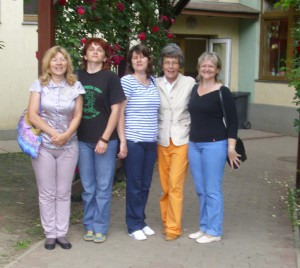 Kovačičanky v spoločnosti riaditeľky sarvašskej školy Zuzany Medveďovej (druhá sprava)