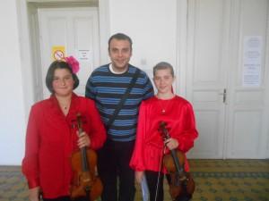 Úspešné husľové dueto MarMar, ktoré tvoria Marína Cerovská (sprava) a Marija Jankovićová, s profesorom hudby Milanom Čizmićom
