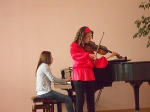Virtuózku Marínu na klavíri sprevádza profesorka Sara Ćaćićová