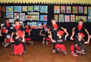 Tanec lienkarov a krásne detské výtvarné práce
