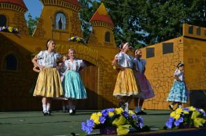 Lastovičky prileteli z Hajdušice a predviedli štylizovaný tanec Išla Marína