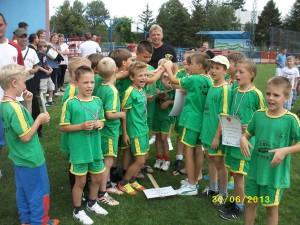 Hráči domácej Doliny I v konkurencii chlapcov, ročník 2004, získali pohár za druhé miesto