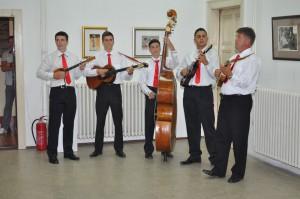 Svojráznou vojvodinskou hudbou vernisáž dotvoril tamburášsky orchester Za našu dušu z Ravneho Sela