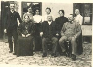 Rodinná fotografia (stoja zľava): Dr. Milan Podhradský (syn), Ľudmila Hurbanová, Ľudmila, Pavlina, Emília a Mariena Podhradské (dcéry). Sedia (zľava): Pavlina Podhradská (manželka),  prof. Jozef Podhradský a zať Janos Kendrey.