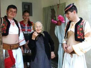 Najstaršia bajšianska Slovenka Justínia Tóthisaszeghiová a Slováci z Fiľakova Jozef Šulek (zľava), Barbora Jackuliaková a Tomáš Zaťko