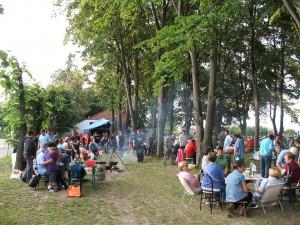 Pod lipami pred Poľovníckym domom v Hložanoch sa vznášala vôňa dobrôtok z kotlíkov a dobrá nálada