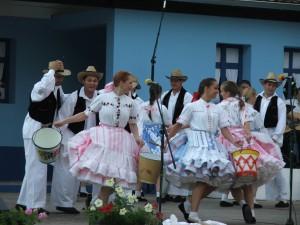 Na Dunaji šaty prali a schuti si zatancovali, čiže: mladšia tanečná skupina KOS Jednota z Hložian