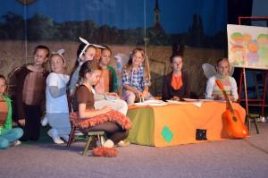 Členovia školskej divadelnej sekcie na javisku