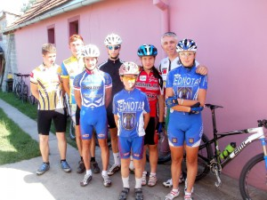 Aleksandar (tretí zľava) v spoločnosti klubových kolegov pred tréningom