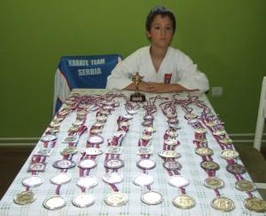 Aký to lesk nádherný: Milan Jovkić so svojimi medailami