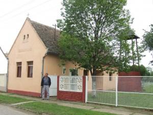 Adam Chrček pred upravenou slovenskou evanjelickou modlitebnicou vo Višnjićeve čaká na novinársku návštevu