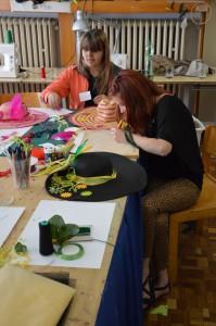 ... a ďalšie dve sa učia, ako sa vyrába klobúk (foto: archív CĎV UK)